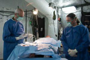 Deux médecins militaires israéliens réalisent une « chirurgie » pendant un exercice d'hôpital de campagne dans le nord d'Israël, en septembre 2016. (Crédit : unité des porte-paroles de l'armée israélienne)