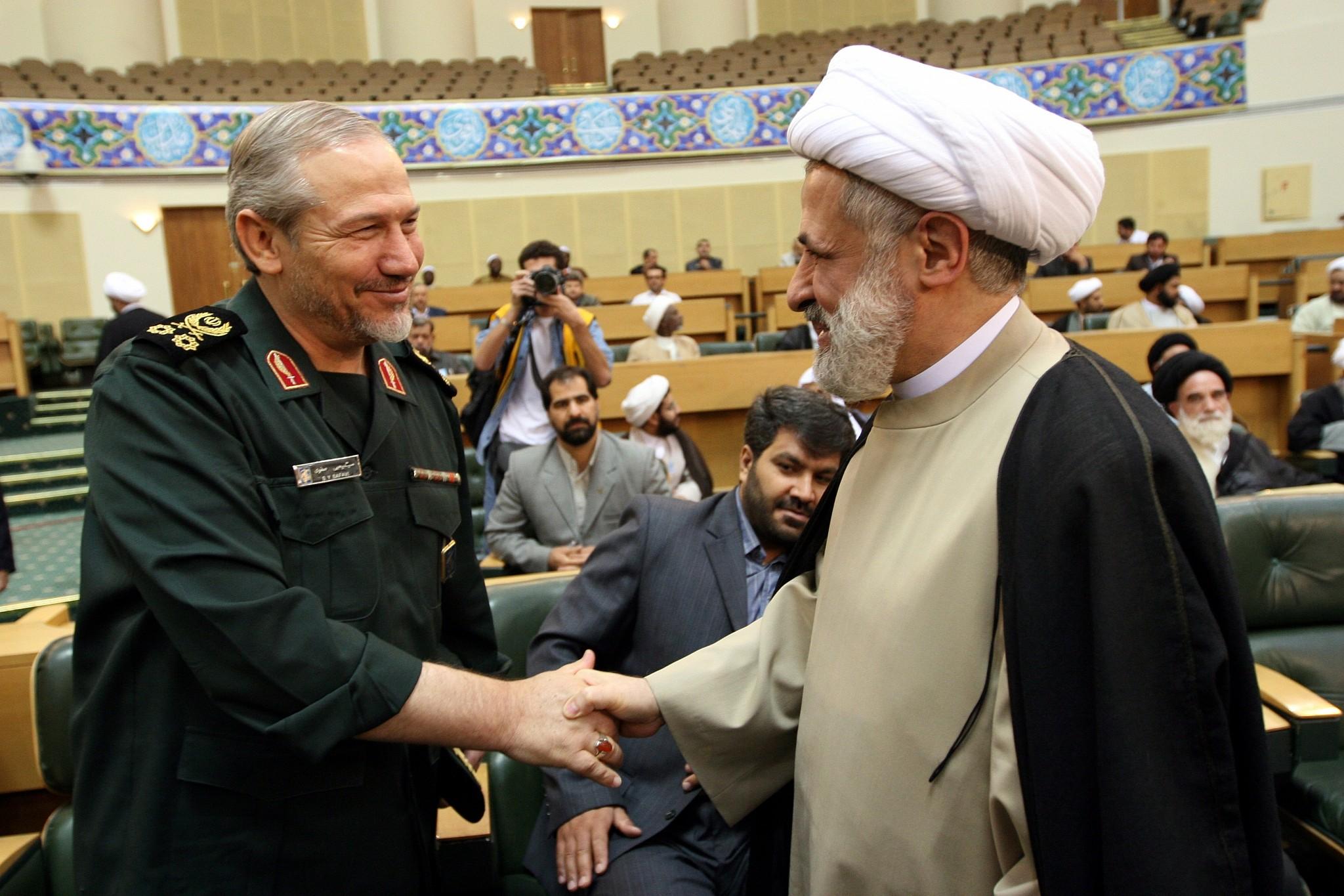 En Iran, drapeaux américains brûlés, des milliers pleurent le général Soleimani